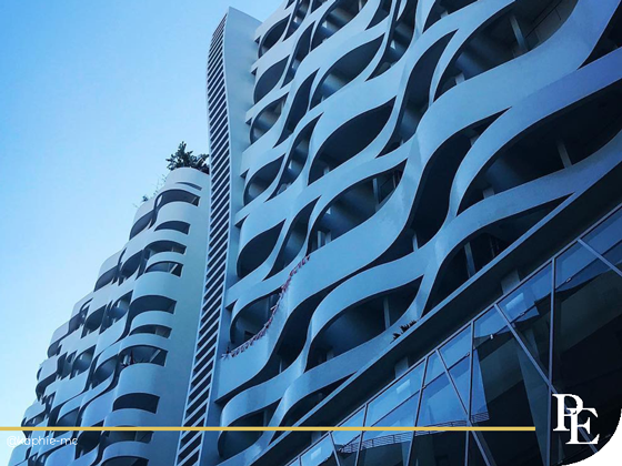 Vue d'un immeuble à vagues à Monaco